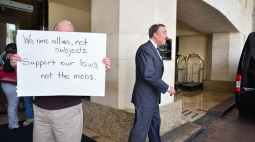 Su apariencia le sirvió para protestar frente a congresistas de EE.UU.