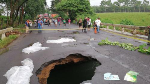 ¡Tremendo hoyo! Se hunde tramo en puente de Suchitepéquez