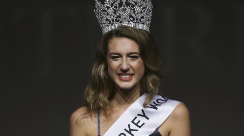 Destronan a Miss Turquía 2017 por un tuit sobre el golpe de Estado