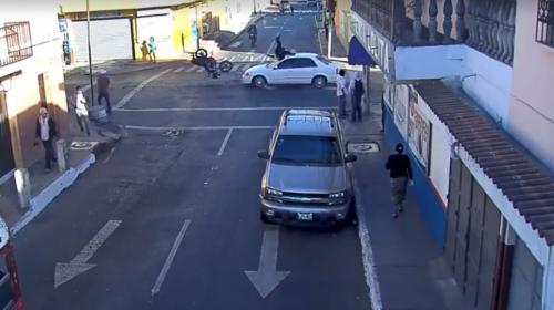 Motorista es atropellado por conducir contra la vía y no respetar alto