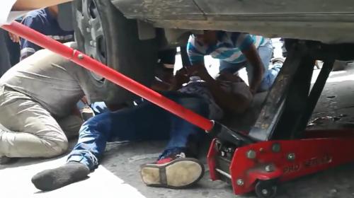 Este es el dramático rescate de un motorista atropellado en la zona 3