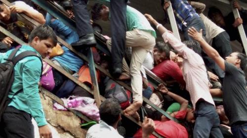 La estampida que mató a 22 personas en una estación de tren en India