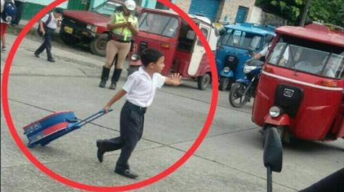 La historia del niño que detiene el tráfico para cruzar la calle