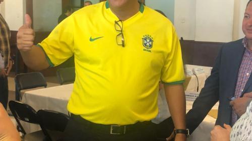 Diputado viste camisola de Brasil tras confundir a ese país con Belice