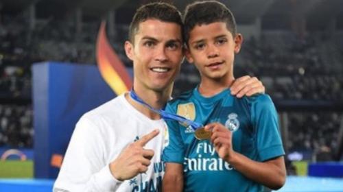 El hijo de Cristiano Ronaldo recibe su primer trofeo de goleador
