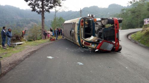 Autobús vuelca en San Marcos y deja al menos cinco personas heridas