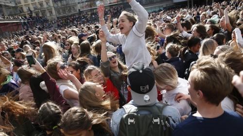 Miles de fanáticos bailan para darle el último adiós a DJ Avicii