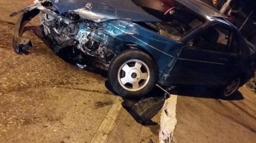 Aparatoso accidente en Avenida Petapa deja un poste derribado