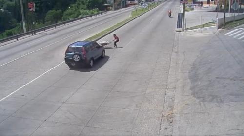 Video: atropellan a mujer mientras intenta cruzar en ruta al Atlántico