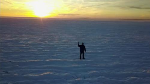 Frío extremo congela el mar en esta famosa playa de EE.UU.