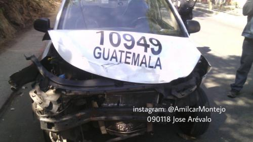 Taxista abandona su vehículo tras chocar con otro en la zona 7