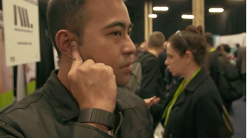 Conoce la pulsera que convierte tu mano en un teléfono celular