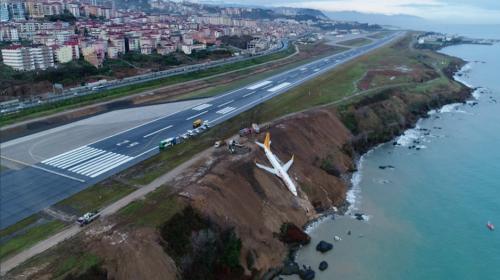 Así evacuaron a pasajeros del avión que estuvo a punto de caer al mar