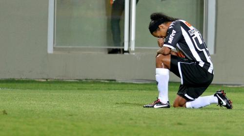 Oficial: Ronaldinho anuncia que se retira de los terrenos de juego