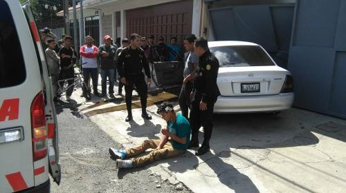 Asalto en colonia Mariscal termina con auto empotrado y dos capturas