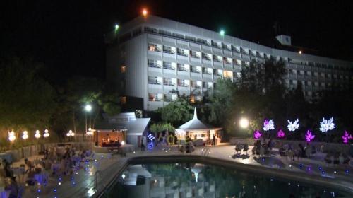 Video: rehenes de un hotel escaparon por el balcón atando sábanas