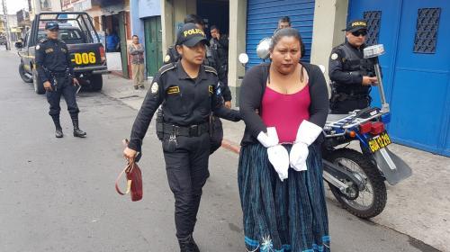¿Por qué cubrieron las manos de esta mujer después de capturarla?