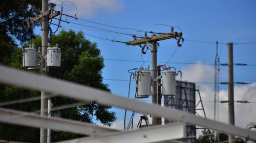 Alertan de cortes eléctricos por fuertes vientos en el centro del país