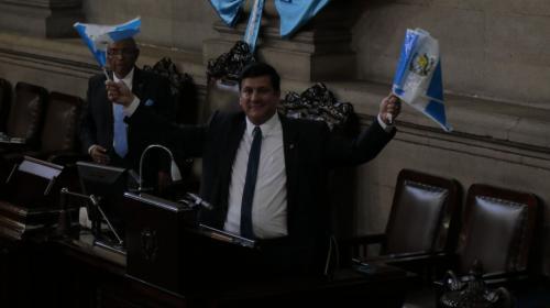 Diputado Galdamez reparte banderines en apoyo a Arzú