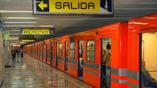 Graban a mujer que intentó robarle a un hombre dormido en el metro
