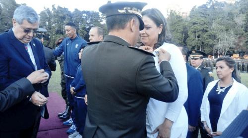 Ejército condecora a Canciller luego de que ella se quejó de la CICIG