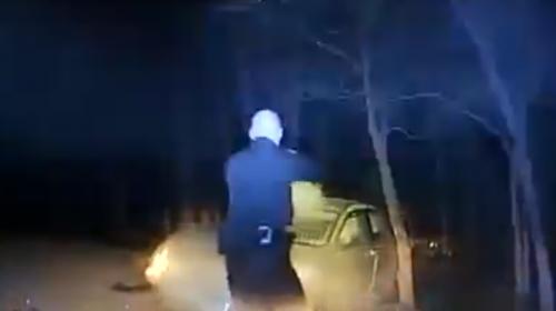 Video: fugitivo intenta apuñalar a policía tras persecución