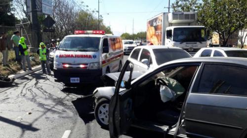 Aparatoso accidente complica la movilidad en la Atanasio