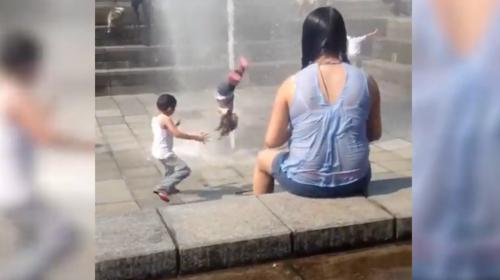 Chorro de agua expulsa por el aire a niña que jugaba en una fuente