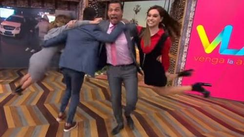 Video: presentadora de televisión sufre caída durante un reto viral