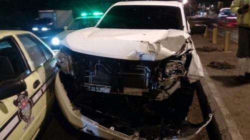 Persiguen a conductor ebrio que chocó y destruyó señalización de PMT