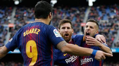 Messi, Suárez y Alba esquivan una barrera de forma muy curiosa