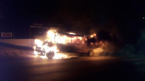 ¡Pánico en la Villa Lobos! Un bus se incendia con personas a bordo
