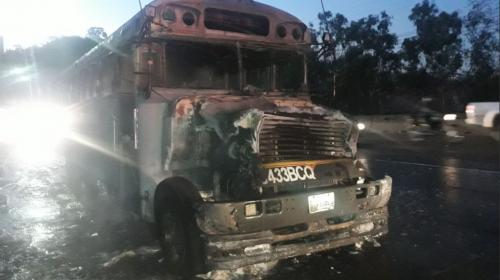 Los videos que muestran cómo fue el incendio del bus en la Villa Lobos