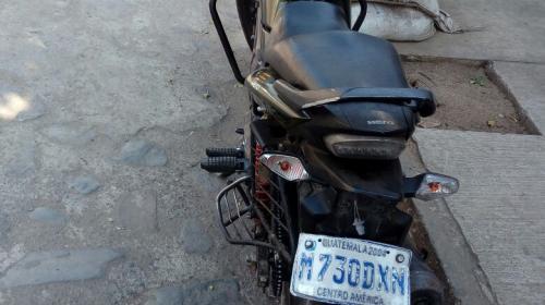 Tras ser asaltado, conductor de vehículo atropella a motoladrones