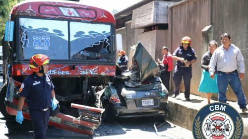 #VIDEO Impactante accidente entre bus y vehículo en la zona 13