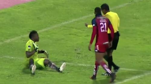 #VIDEO Insólita simulación: portero finge que árbitro lo agredió