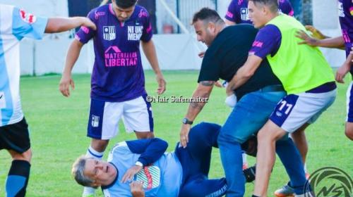 Entrenador recibe brutal paliza en partido de ascenso de Argentina