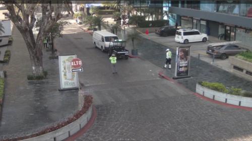 Conductor detiene su vehículo para lustrarse los zapatos en zona 10