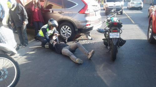 La historia de la foto del hombre que veía su teléfono tras accidente