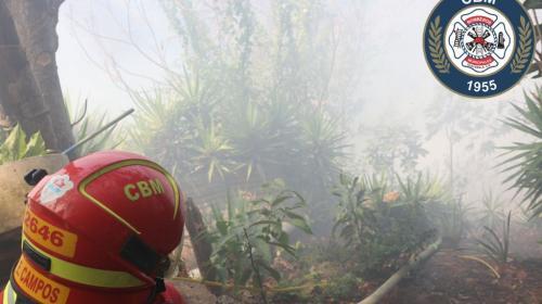 Incendio forestal alcanza vivienda en zona 13: hay niños atrapados
