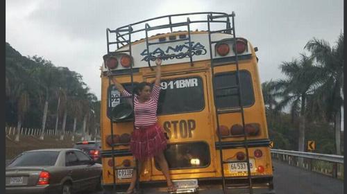 """La historia detrás de la foto de la mujer que """"colgaba"""" de un bus"""