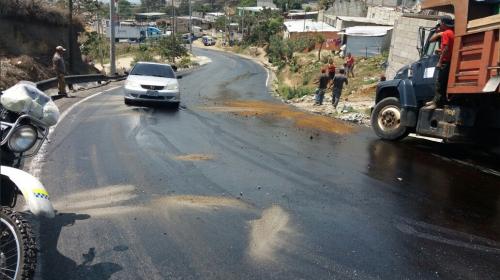 Camión se desliza sin control por derrame de gasolina en Villa Nueva