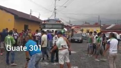 Aficionados de Antigua golpean a seguidores de Xelajú y apedrean bus