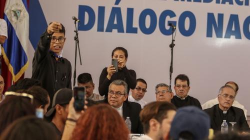 Estudiante universitario increpa cara a cara a Daniel Ortega