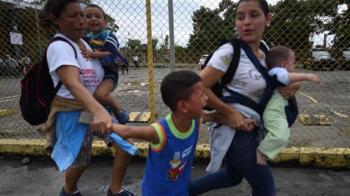 Repelen con gases lacrimógenos a hondureños de frontera mexicana