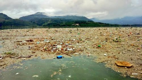 Lluvias arrastran toneladas de basura hacia el Lago de Amatitlán
