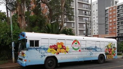 Bus escolar se transforma en un mercado móvil en Guatemala