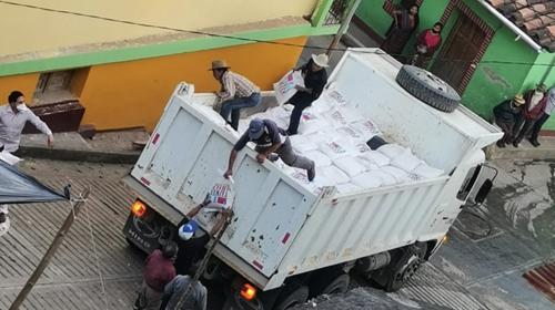 Denuncia: Llevan víveres para afectados por Eta a sede de partido