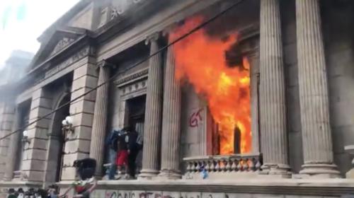 Vandalizan y prenden fuego a ventanales del Congreso
