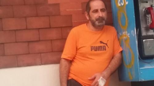 Osama Azziz Aranki, ligado al Caso La Línea, fumando en la calle